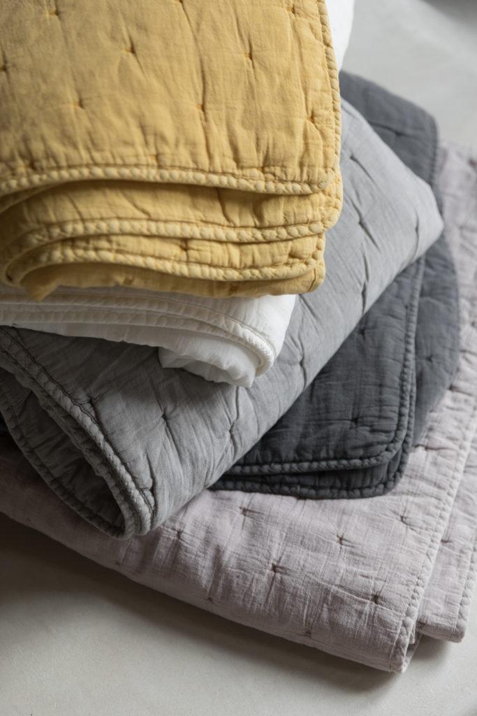 Du linge de maison avec des des jetés de lit